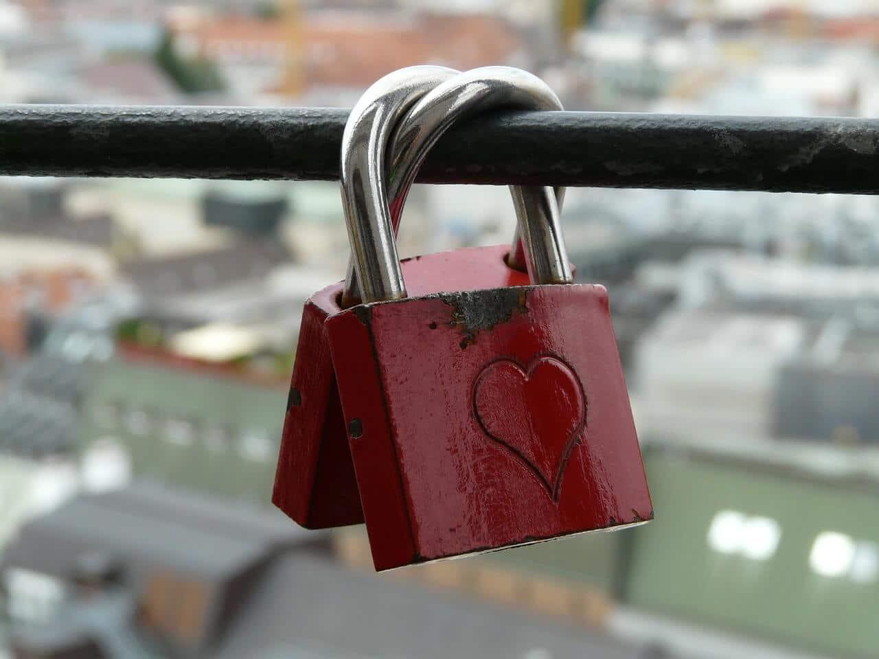 Romantischer Liebesbeweis liebesschlösser individuell mit eigenen motiven gestalten